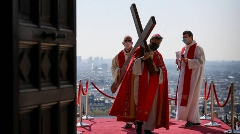 sacerdotes-inicio-eucaristia-francia_181